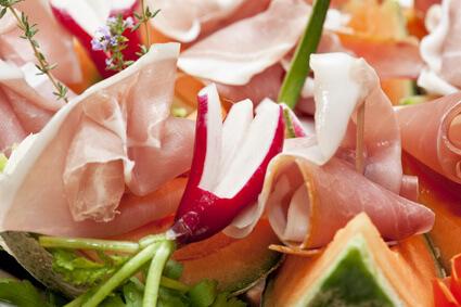 Jambon cru aux légumes et fruits d'hiver