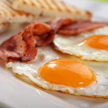 Oeufs bacon tomates et poivrons