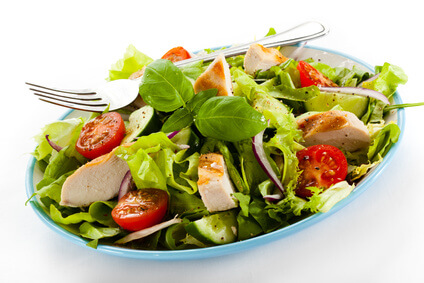 Salade tiède de poulet et mangues marinées