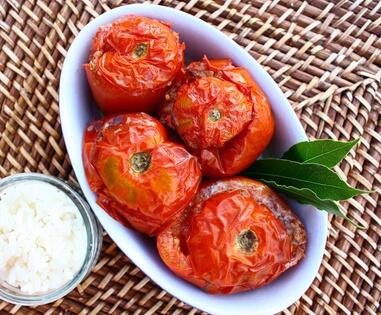 Tomates farcies et garniture de pommes de terre
