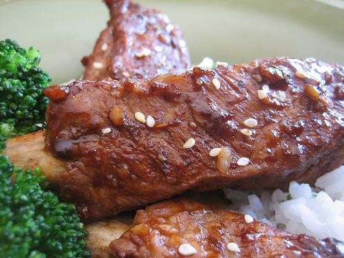 Travers de porc grillé au sésame et au miel